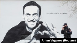 Санкт Петербургда бинолардан бирига Навальнийга чизилган граффити.