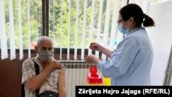 Një person në Shkup merr vaksinën kundër COVID-19. Maqedoni e Veriut, 12 korrik, 2021.