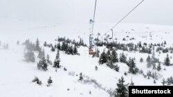 Гірськолижний підйомник у засніжених Карпатах, Драгобрат
