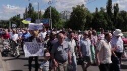«Голодною ходою» із каструлями працівники сумського заводу вимагали виплати зарплатні