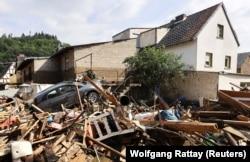 Urmările inundațiilor în Dernau, Germania.