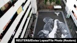 Një mural i krijuar në kujtim të Kobe Bryant dhe vajzës së tij Gianna.