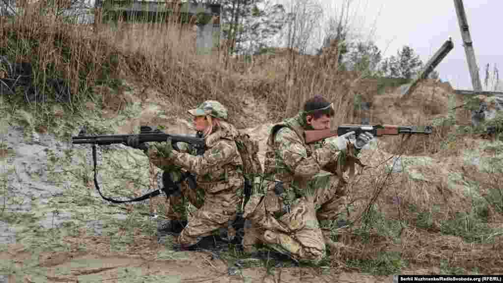 Бійці навчаються переміщенню «двійками», прикриваючи один одного. Під час роботи в«двійці» солдат, який зайняв позицію для стрільби попереду товариша, повинен спершу криком «тримаю» або «крию», іншим дієвим способом повідомити про готовність прикрити вогнем переміщення напарника