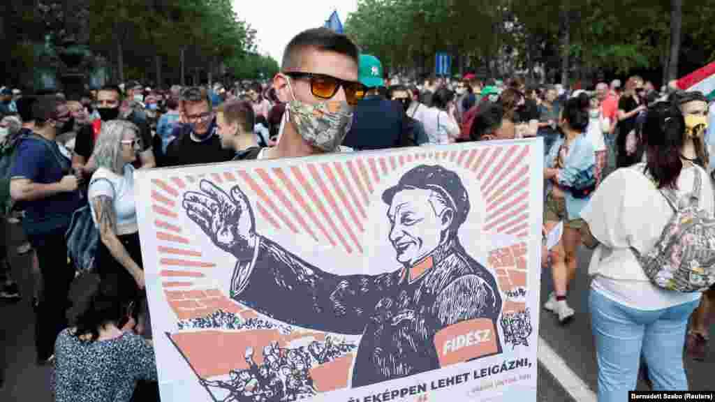 ЕУ / УНГАРИЈА - Лидерите на Европската унија побарале од Унгарија да ги почитува ЛГБТ-правата или да го напушти блокот. За време на Самитот односно на состаноците во Брисел имало остри дискусии и лични судири меѓу лидерите на земјите-членки и конфронтации со премиерот Виктор Орбан околу новиот закон на неговата земја со кој се забранува училиштата да користат материјали што може да се сметаат за промовирање на хомосексуалноста.