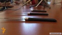 Ի պաշտպանություն Լևոն Բարսեղյանի հրավիրված ասուլիսին բանախոսները եկել էին դանակներով