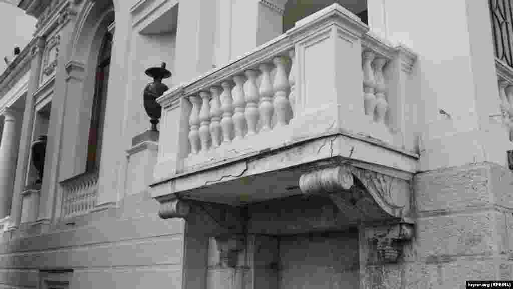 На балконах южного фасада дворца есть трещины