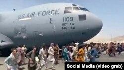 هجوم هزاران شهروند افغانستان به میدان هوایی کابل برای بیرون شدن از کشور