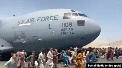 Kaosi në aeroportin e Kabulit