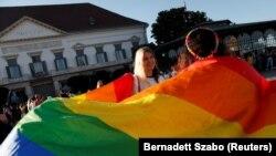 Tiltakozás az LMBTQ-tartalmat az iskolákban és a médiában korlátozó törvény ellen Budapesten, 2021. június 16-án