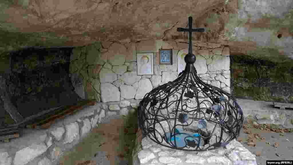 Святой источник в гроте, рядом с которым изначально размещалась пещерная церковь святой великомученицы Анастасии, довольно слабый. Вода из него собирается в пластиковую емкость в углублении под решетчатым куполом
