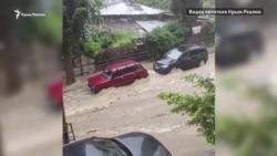 Наводнение в Ялте: затопленные улицы и автомобили (видео)