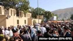 Mulțimea continuă să se îndrepte spre aeroportul din Kabul, în speranța de a pleca din Afganistan, 25 august 2021.
