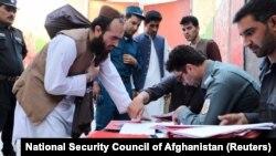 Oslobođeni talibani 13. avgusta u Kabulu popunjavaju dokumenta za izlazak iz zatvora