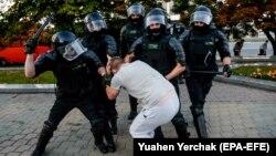Բելառուսի ոստիկանները բերման են ենթարկում ակտիվիստի, 10-ը օգոստոսի, 2020թ.