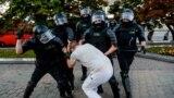 Силовики б'ють протестувальника у Мінську одразу після виборів президента