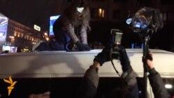 Тетяна Чорновол розбиває скло і проникає у мікроавтобус, з якого працівники СБУ стежили за мітингом опозиції