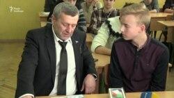 Екс-політв'язень Ахтем Чийгоз зустрівся зі школярем, який написав йому лист (відео)