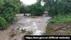 В селе Новобобровка Байдарской долины 4 июля вышла из берегов река Бага