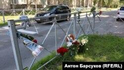 Стихийный мемориал в Новосибирске на месте ДТП