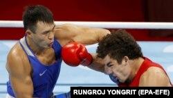 Камшыбек Кункабаев (в синем) в полуфинальном бою против американца Ричарда Торреса. 4 августа 2021 года