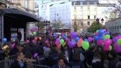 Ekstremistleriň Pariže eden hüjüminiň ýyl dönüminde 130 sany ýel şary asmana uçuryldy.
