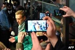 """Алексей Навальный """"Шереметьево"""" әуежайының кедендік бақылау бекетінде. Мәскеу, 17 қаңтар 2021 жыл."""