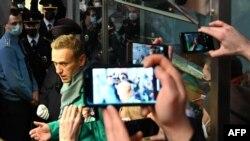 Алексей Навални на летището в Москва точно преди да бъде арестуван