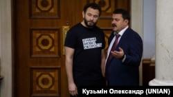 Народные депутаты Александр Дубинсикий (слева) и Андрей Деркач во время заседания Верховной Рады Украины. Киев, 12 ноября 2019 года