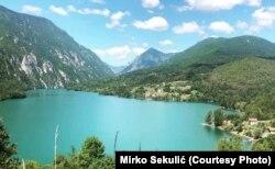 Klotjevac se nalazi na samoj obali hidroakumulacionog jezera Perućac