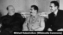 Зустріч Вінстона Черчилля, Йосипа Сталіна і Аверелла Гаррімана (зліва направо). Москва, 12 серпня 1942 року. Московська конференція проходила з 12 до 17 серпня 1942 року