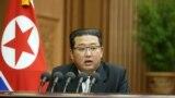Udhëheqësi i Koresë së Veriut Kim Jong Un mban një fjalim politik në Asamblenë e 14-të Popullore Supreme (SPA)në Phenian, Korenë e Veriut. Fotografi nga arkivi.