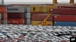 Autók a bremerhaveni kikötőben, Németország északnyugati részén, 2019. május 16-án.