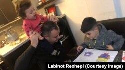 Labinot Rexhepi dhe fëmijët e tij.