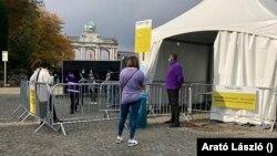 A koronavírus-tesztre felállított sátor a brüsszeli Diadalív közelében, 2020. október 23.
