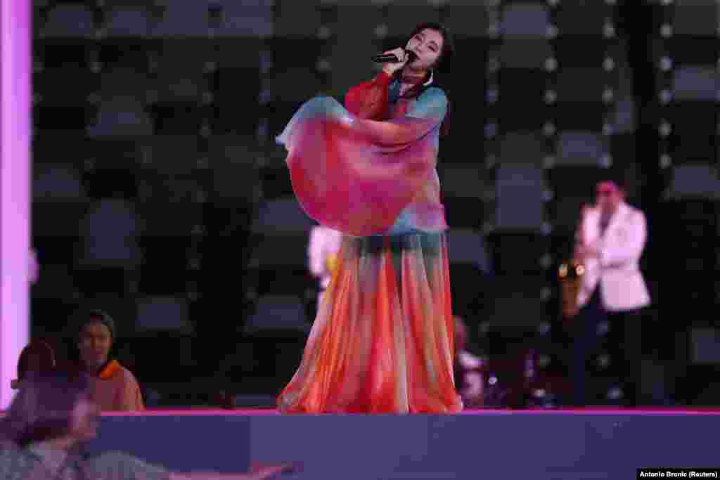 Японская певица Милет выступает на церемонии закрытия