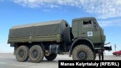 Тараз-Алматы күре жолында тұрған әскери жүк көлігі. Жамбыл облысы Байзақ ауданы. 27 тамыз 2021 жыл.