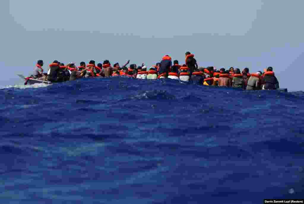 Nyolcvankilenc menekült zsúfolódott össze ebben a ladikban a Földközi-tengeren, Olaszország partjainál, a Sea-Watch 3 mentőhajóra várakozva