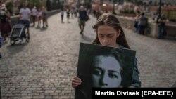 Студентка тримає плакат з портретом Мілади Горакової, Прага, 25 червня 2020 року