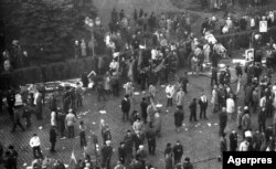 Piața Palatului după ce s-a terminat ultima întâlnire de propagandă a lui Ceașescu. Oamenii au huiduit discursul disctatorului.
