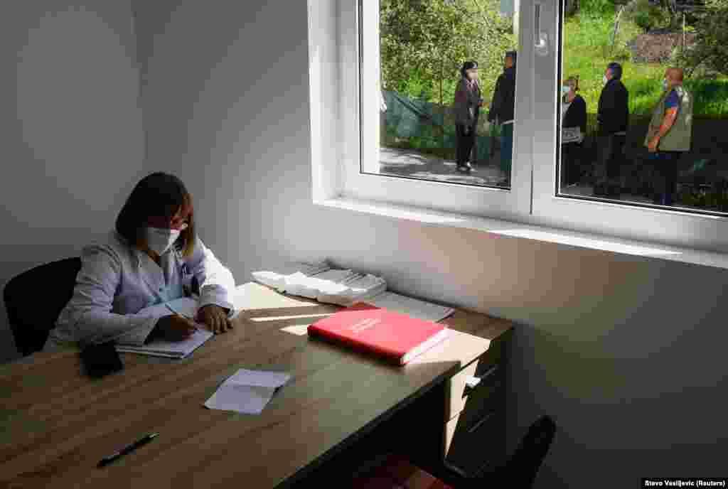 Під час експедиції до гірських сіл медичний працівник заповнює документи