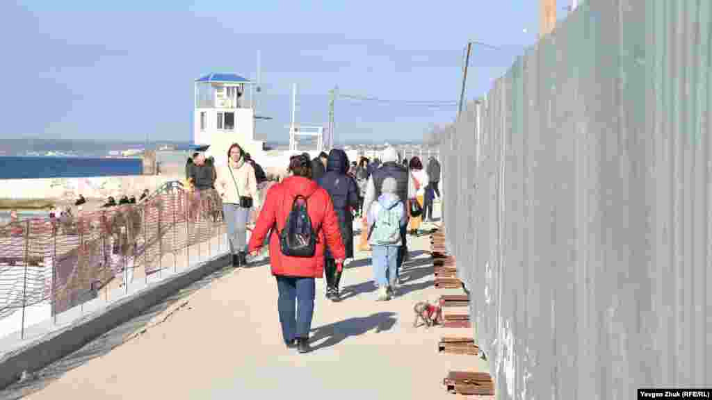 Прогулюватися набережною громадянам доводиться уздовж будівельного паркану