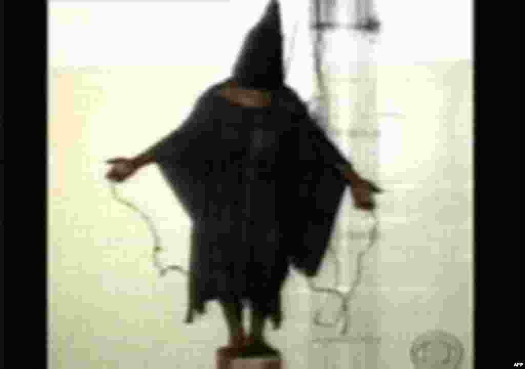 در روزهای نخستین سال ۲۰۰۴ رسانههای آمریکایی تصاویری منتشر کردند که در آن زندانیان به دست نیروهای ارتش ایالات متحده شکنجه جسمی و روانی میشدند. ابوغریب یکی ازمخوفترین زندانهای دوره صدام حسین بود.