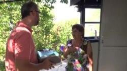 Подарунки з материка. Активісти відвідали маму Сенцова (відео)