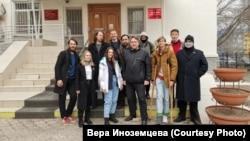 Вера Иноземцева (в белой куртке) с группой поддержки у Ленинского районного суда