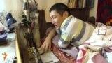 Рахат не может ходить, но он не сдается - мастерит изделия из кожи и продает их через Интернет