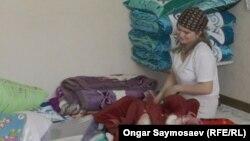18-летняя Евгения Базаркина, которая вместе со своими младшими сестрой и братом переселяется в новое жилье. Кызылорда, 4 октября 2020 года.