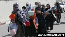 Афганские женщины на входе в аэропорт Кабула, 28 августа 2021 года