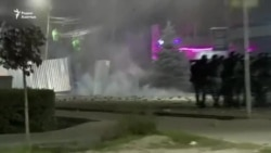 Столкновения митингующих с силовиками, демонстранты дают отпор