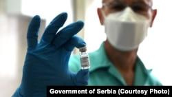 """""""Sputnik V"""", ваксинаи зидди коронавирус дар дасти як табиби серб"""