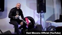 Unul dintre cadrele videoclipului care i-a adus o condamnare penală cântărețului Dani Mocanu.